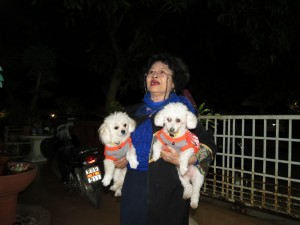 Ajarn Sinchais Frau mit Hund by Birgit Strauch Shiatsu Massage ThetaHealing
